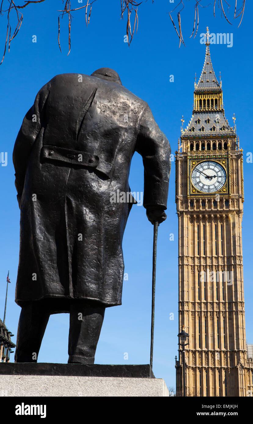 Eine Statue von diskutierbar Großbritanniens berühmtesten Premierminister Sir Winston Churchill, am Parliament Stockbild