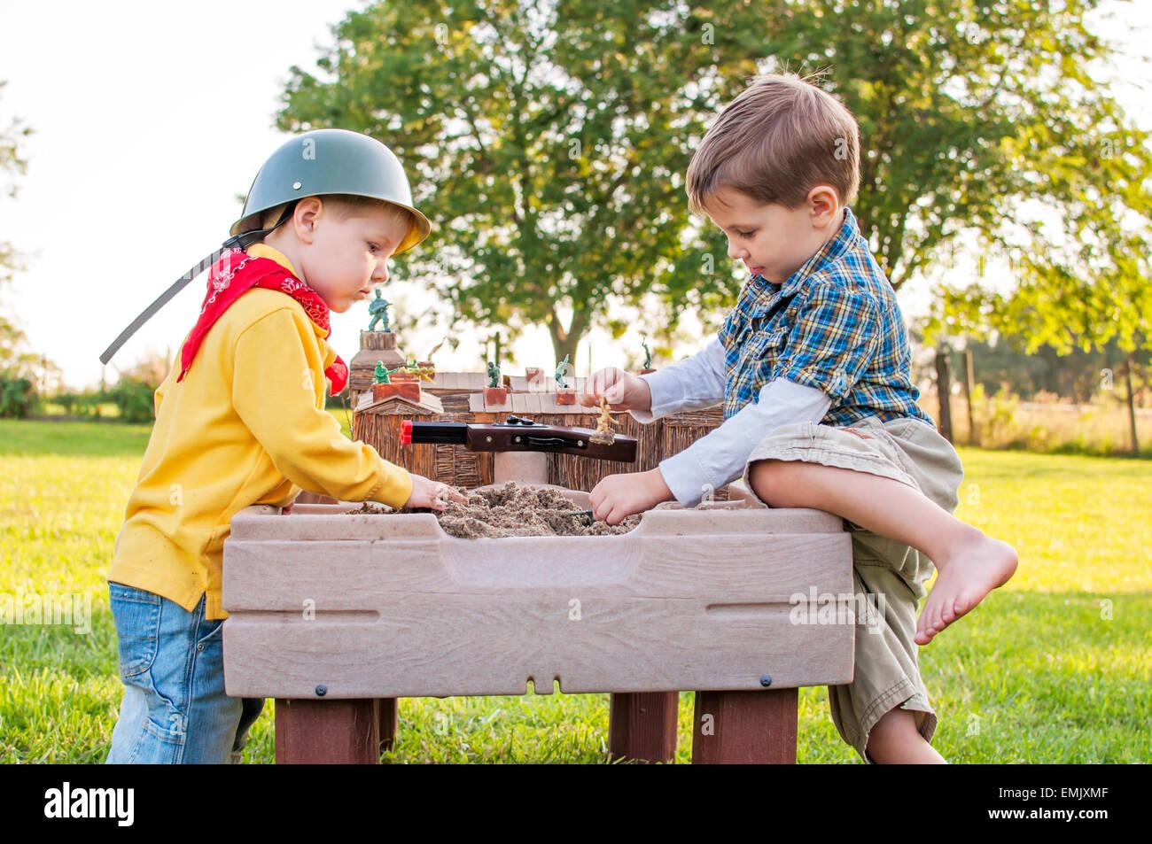 zwei Jungs spielen Fort im Sandkasten Stockbild