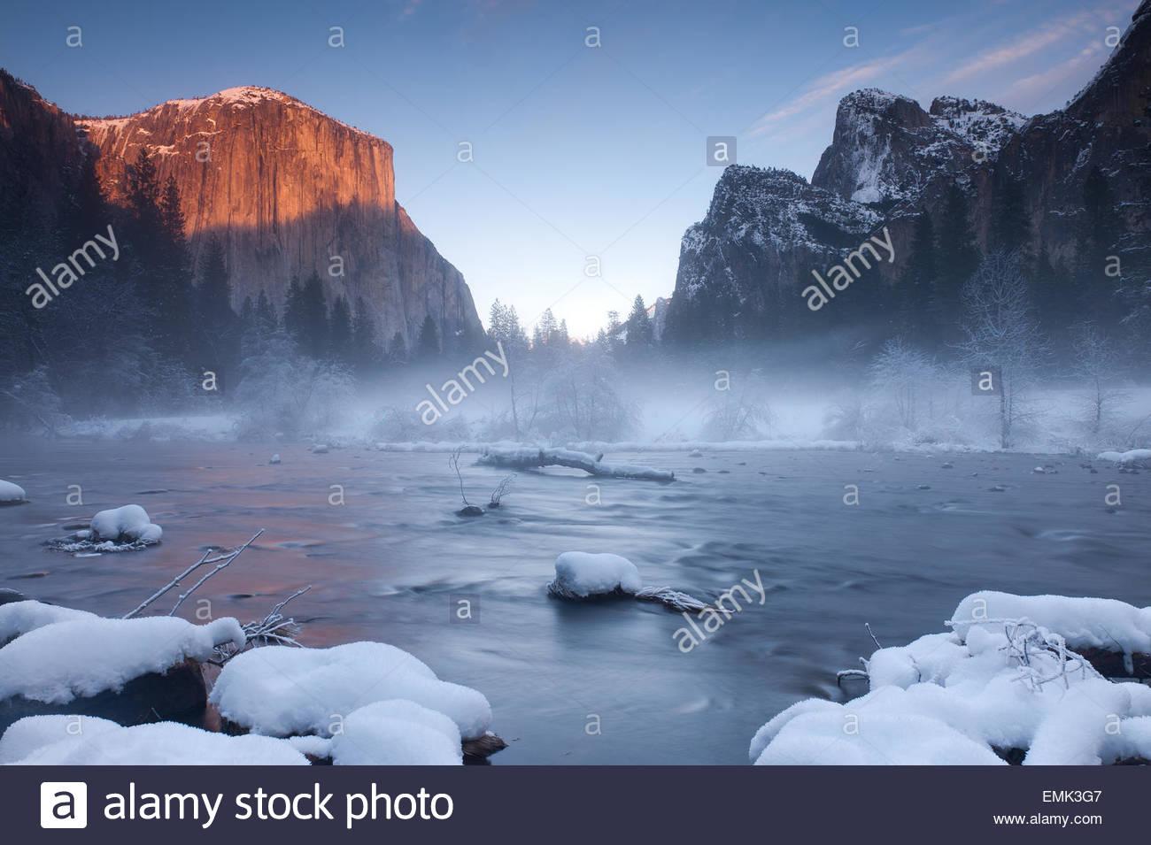 Ansicht der Thermalquelle mit Rocky Mountains im Hintergrund Stockbild