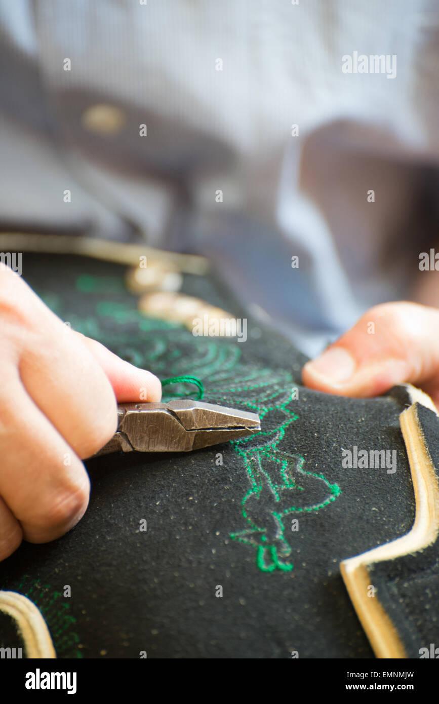 Lederhosenmacher Bei Der Zugespitzt Einer Händischen Auszier An