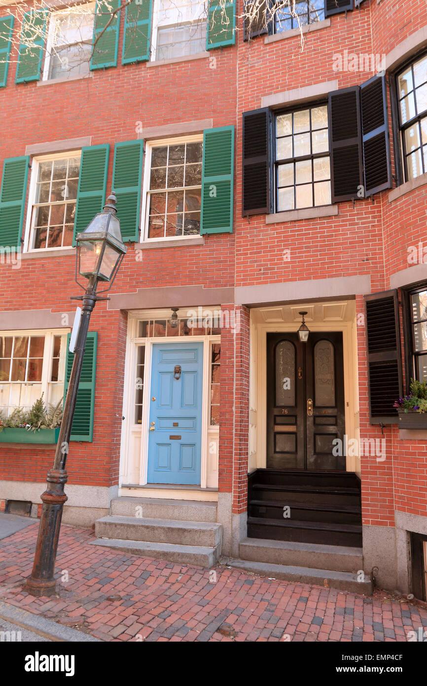 Boston Massachusetts Beacon Hill Ziegel Bürgersteig mit Haustür und Straßenlaterne. Stockbild