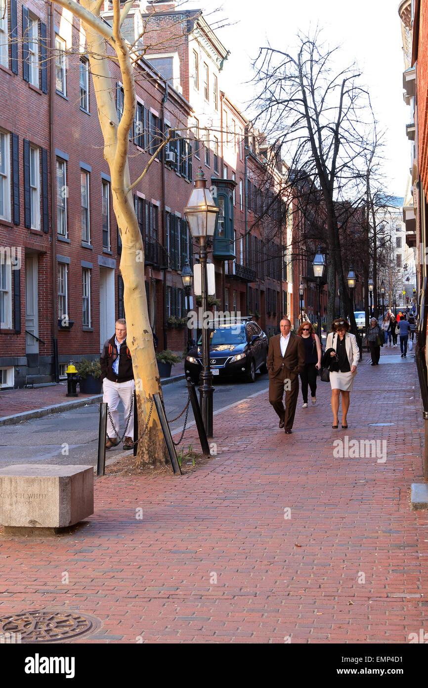 Boston Massachusetts Beacon Hill Ziegel Bürgersteig mit Fußgängern. Stockbild