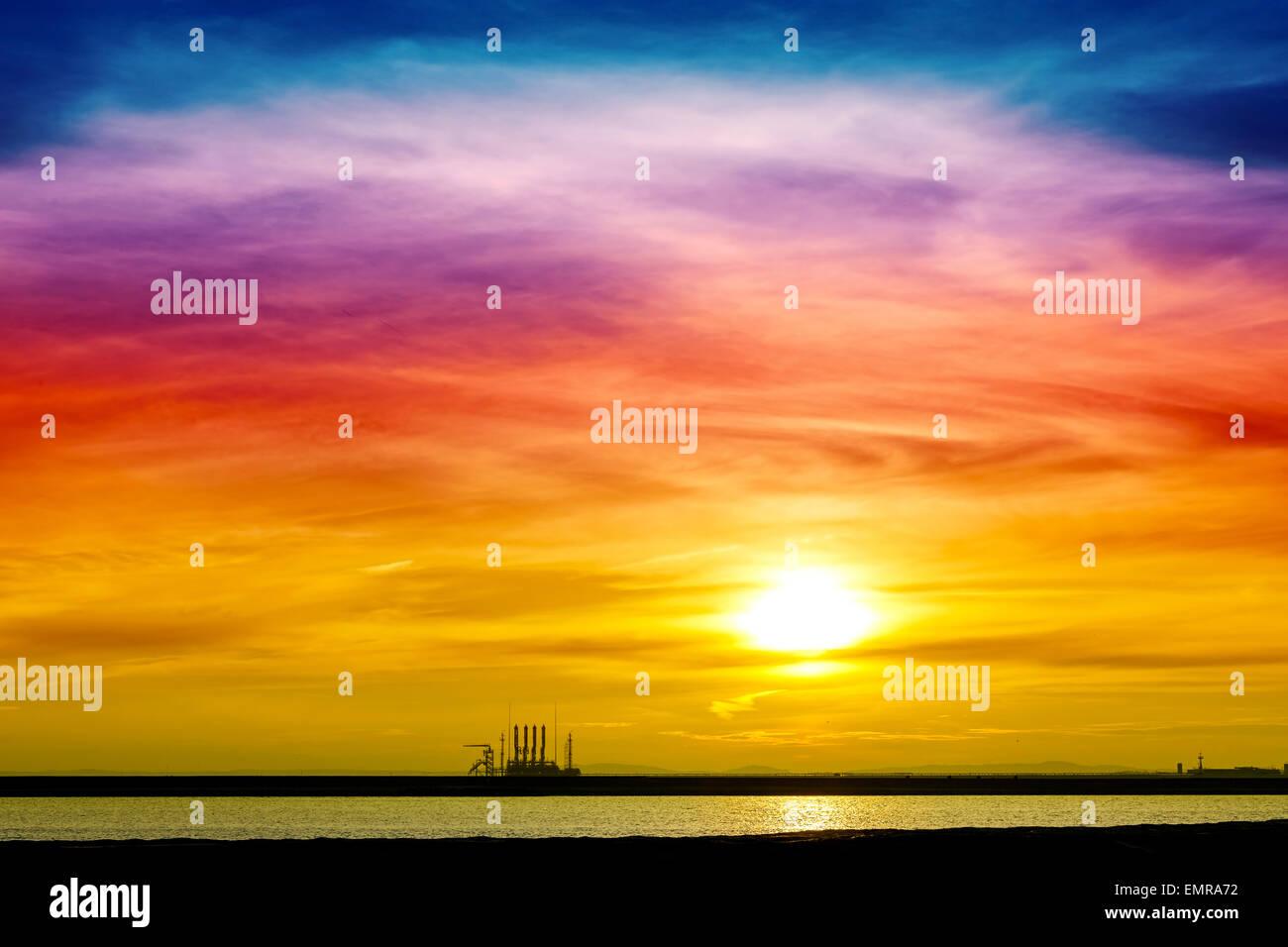 Bunte Sonnenaufgang über industrielle Infrastruktur im Hafen von Swinemünde, Polen. Stockbild