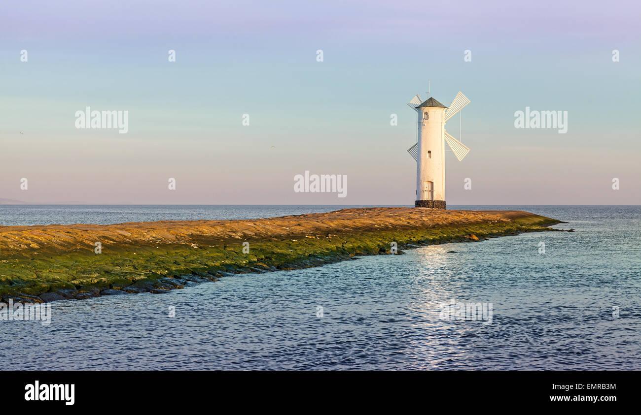 Sonnenaufgang über der Ostseeküste, Leuchtturm in Swinoujscie, Polen. Stockbild