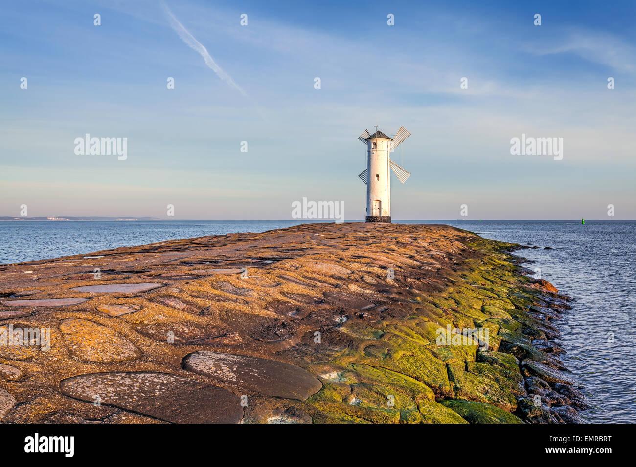 Lebendige Sonnenaufgang über Mole und Leuchtturm in Swinoujscie, Polen. Stockbild