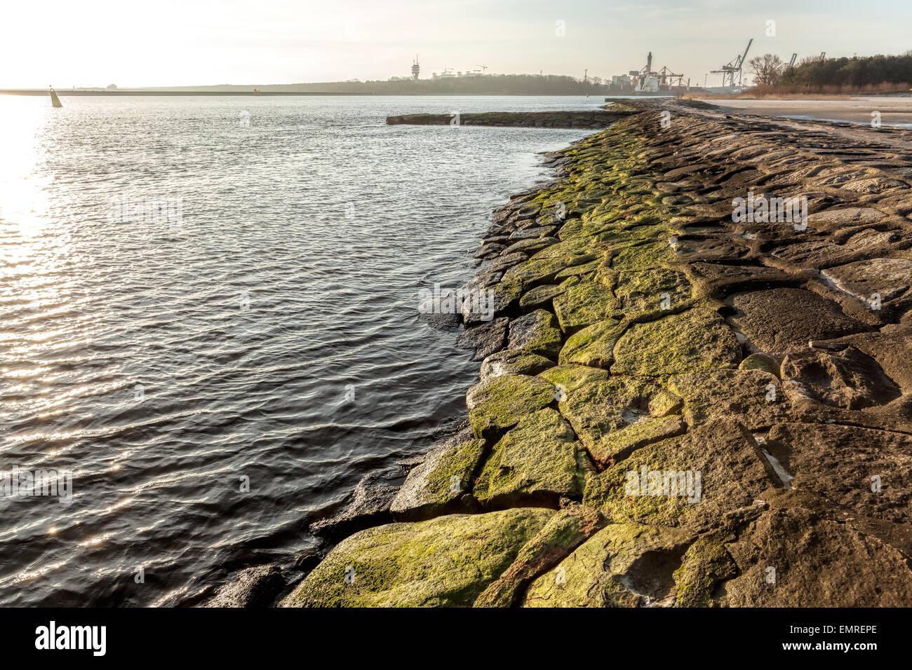 Alten Hafen Damm aus Steinen in Swinoujscie, Polen gemacht. Stockbild