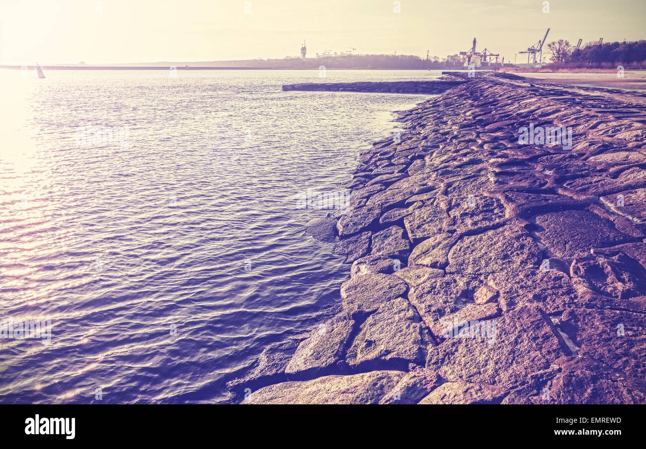 Jahrgang gefiltert einen alten Port Damm aus Steinen in Swinoujscie, Polen gemacht. Stockbild