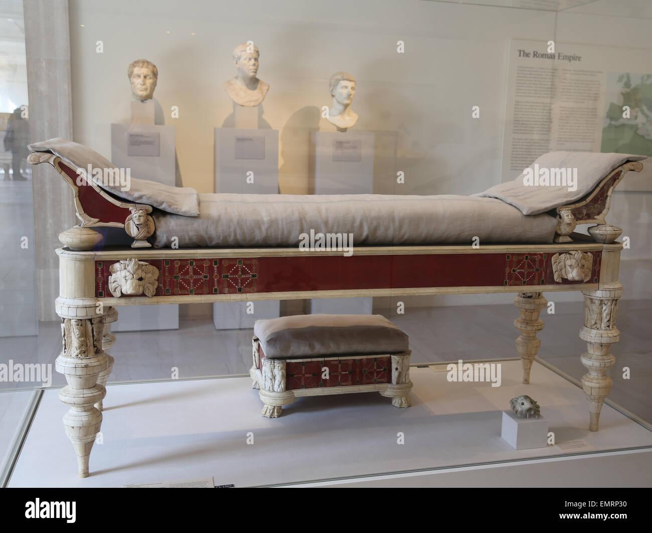 Möbel-Roman. Sofa und Hocker Knochen schnitzen und Glas-Inlays. 2. Jahrhundert n. Chr. Von Rom. Metropolitan Stockbild