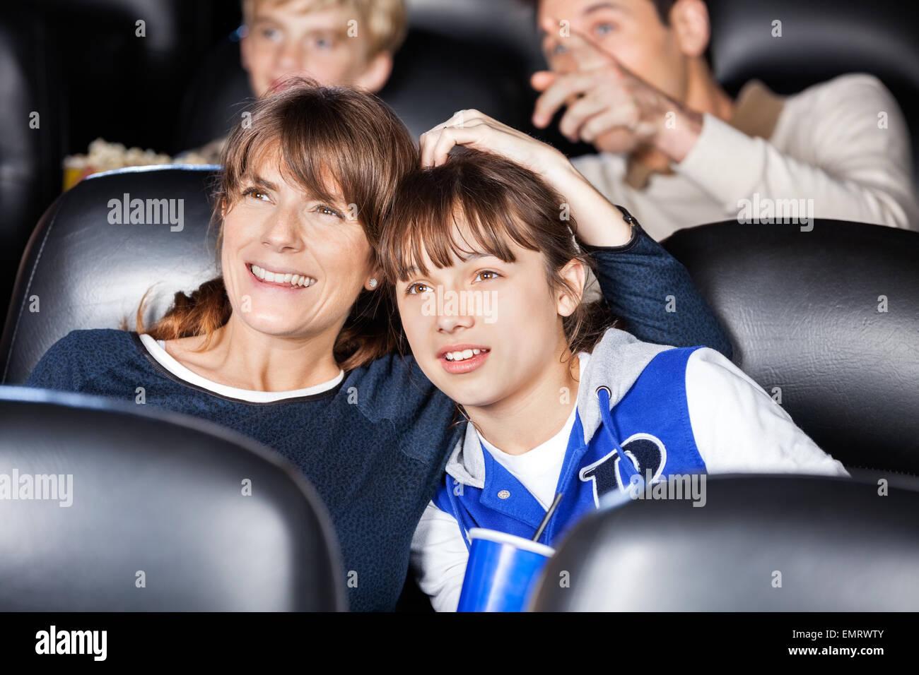 Mutter und Tochter gerade Film im Theater Stockfoto