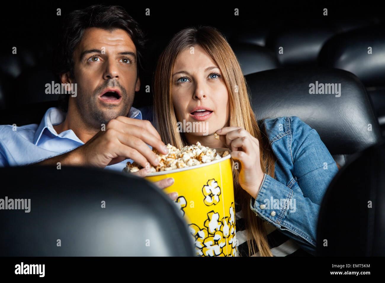 Schockiert paar Film im Theater Stockbild