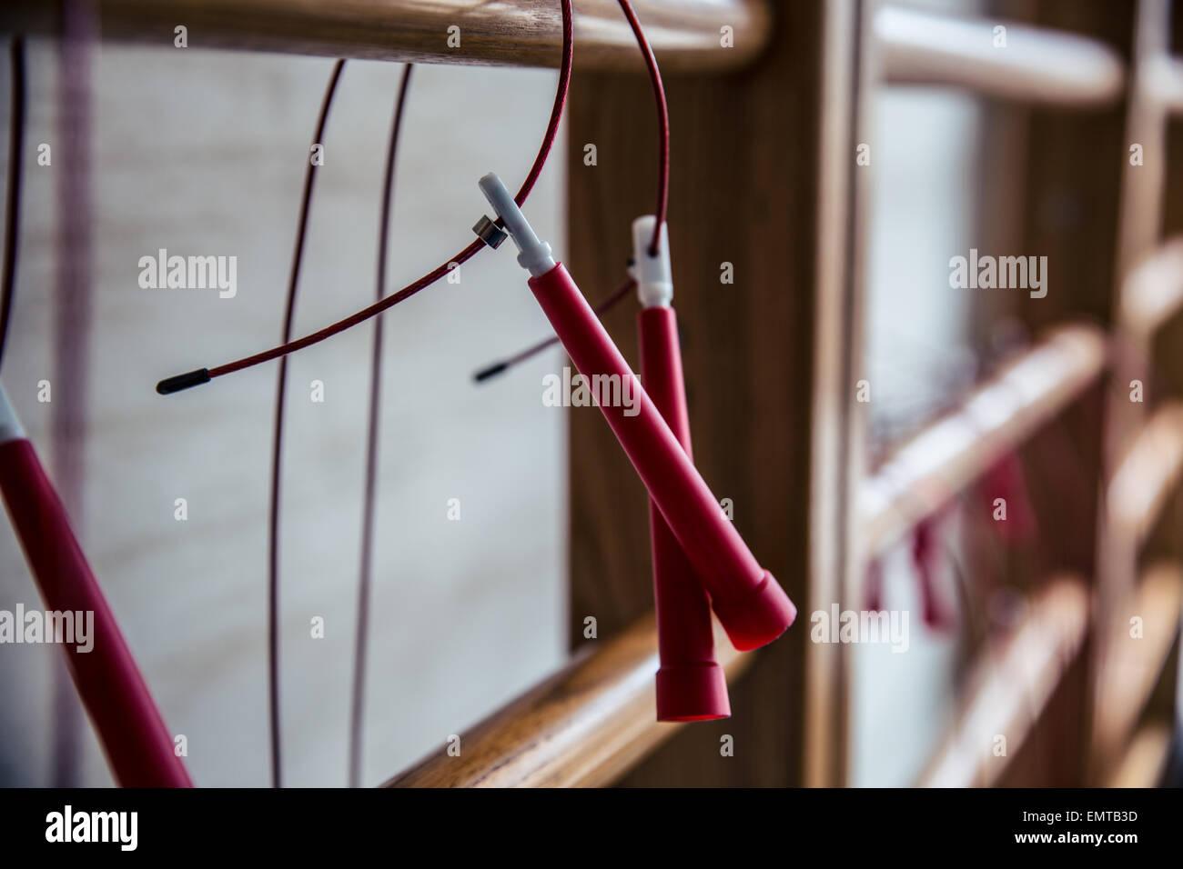 Nahaufnahme Bild von Seilspringen auf Sprossenwand Stockbild