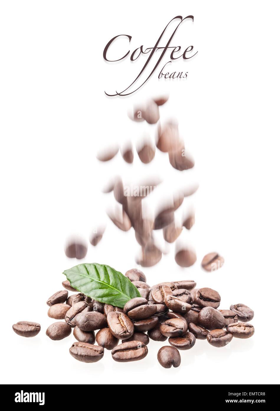 Flying Kaffeebohnen auf weißem Hintergrund Stockbild