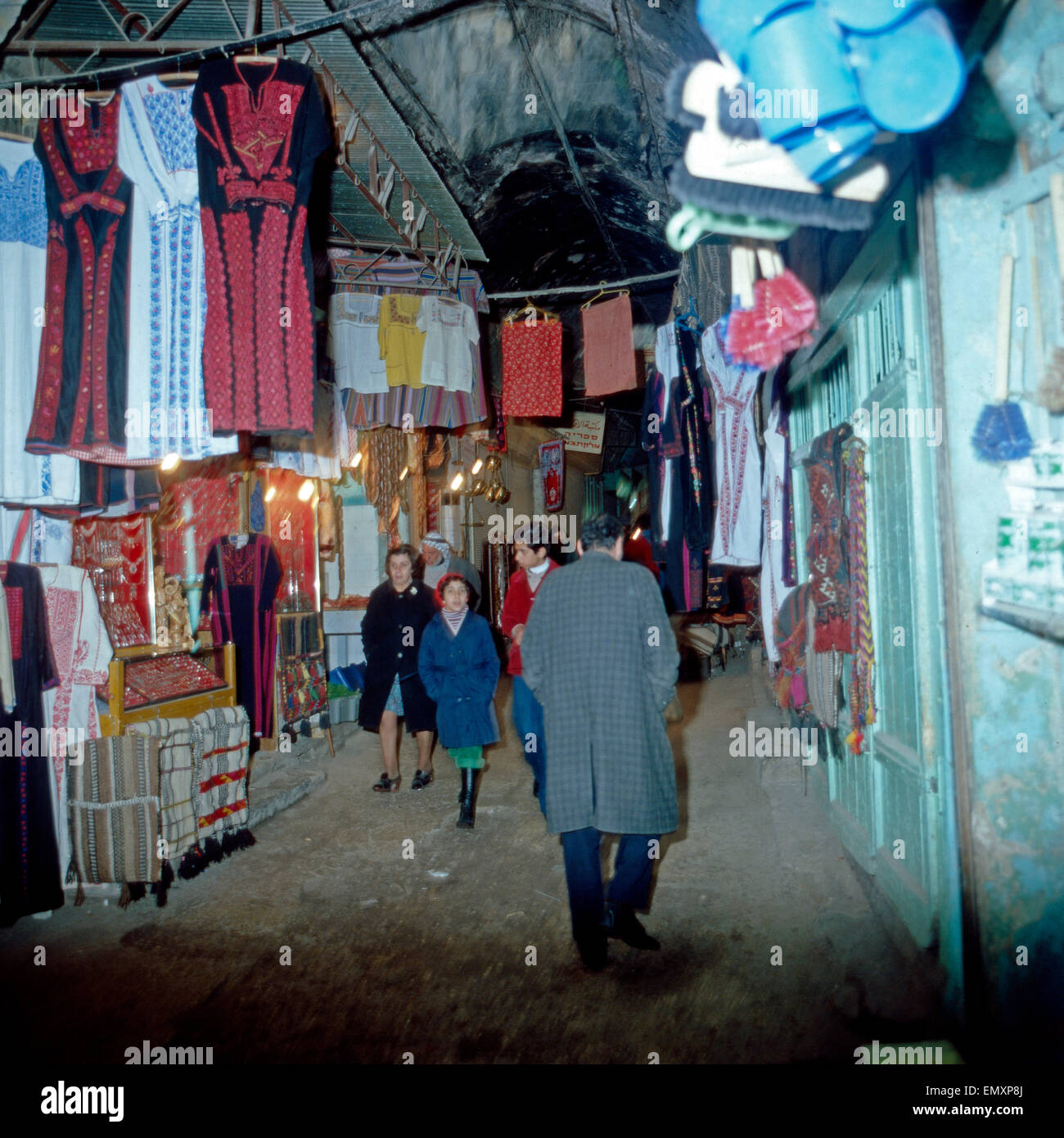 Menschen Streifen Durch Den Abendlichen Arabischen Souk in Hebron, Israel Ende 1970er Jahre. Ein Spaziergang durch Stockbild