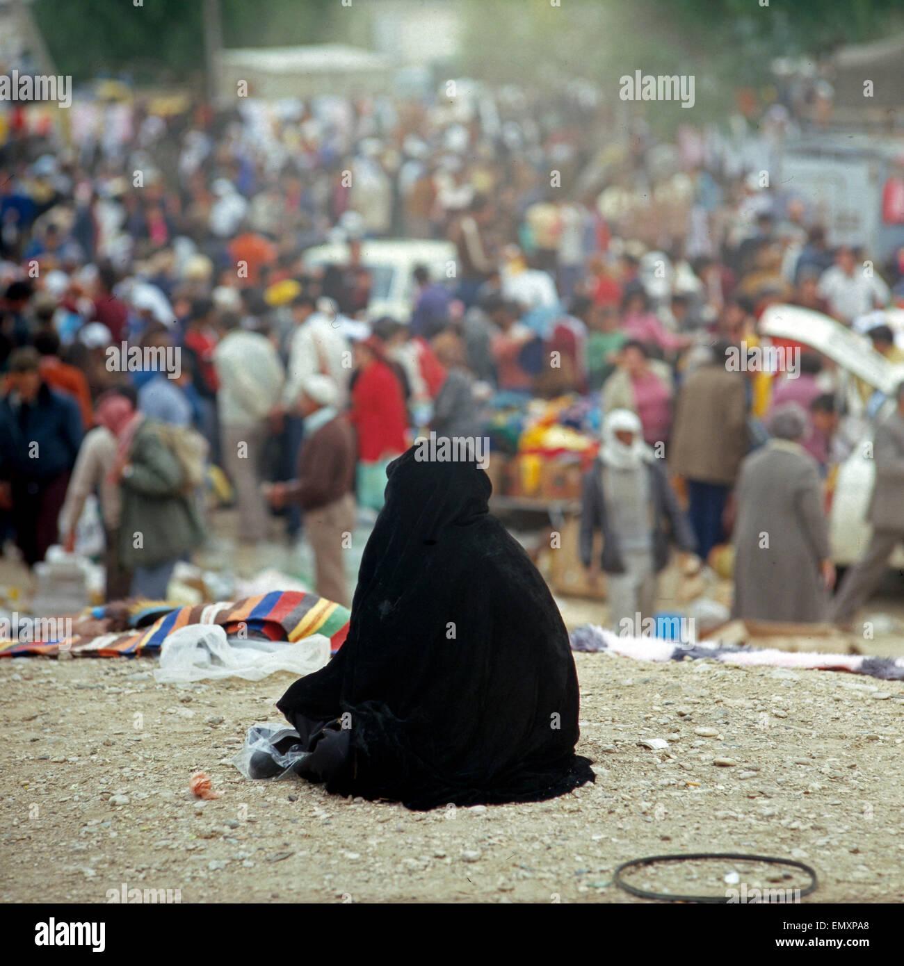 Eine Schwarz Gekleidete Pilgermuschel Frau Auf Dem Markt in Hebron, Israel Ende 1970er Jahre. Eine schwarz gekleidete Stockbild