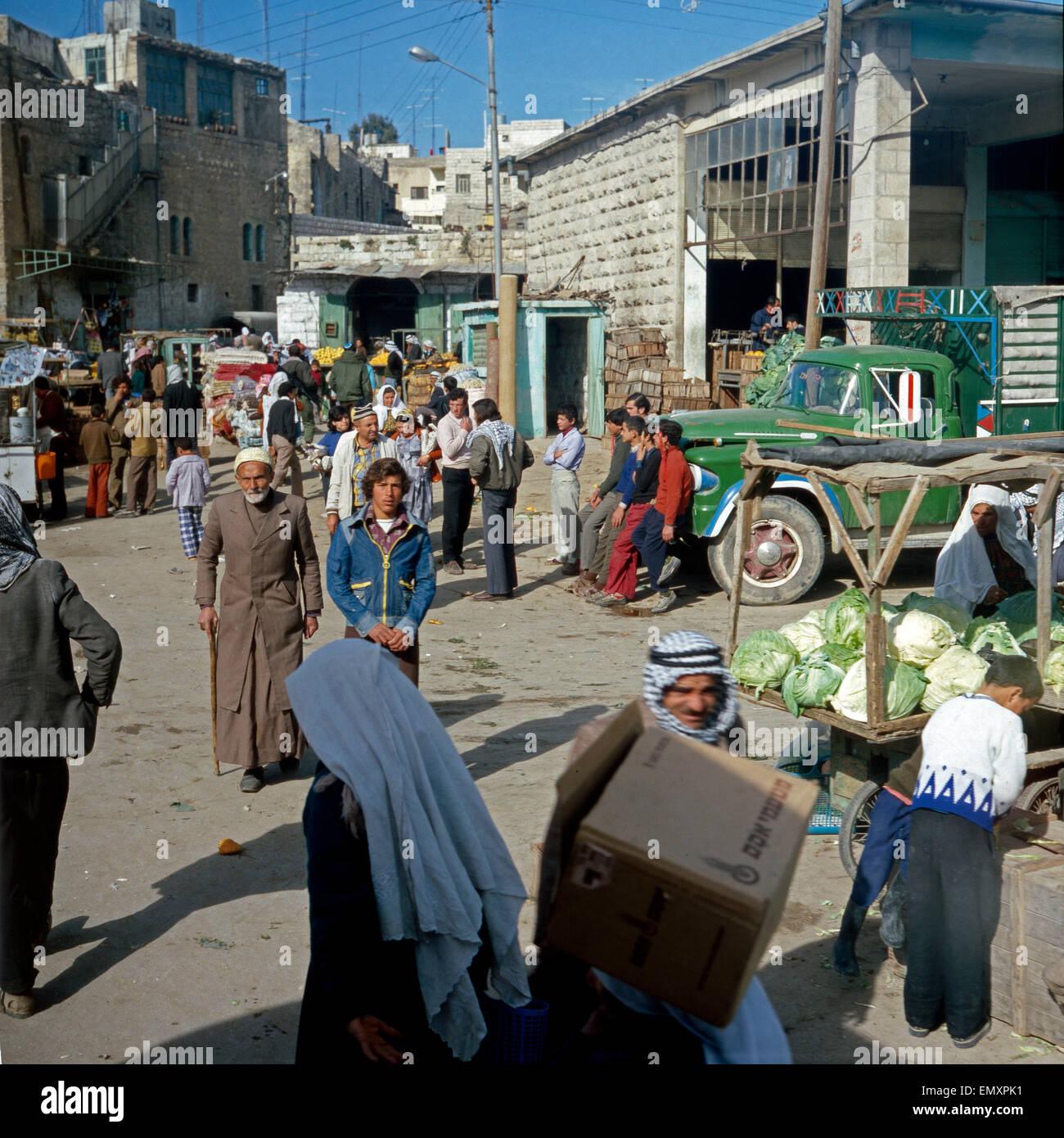 Menschen Auf Dem Beduinenmarkt in Beer Sheba, Israel Ende 1970er Jahre. Menschen auf dem Beduinen-Markt in Beer Stockbild