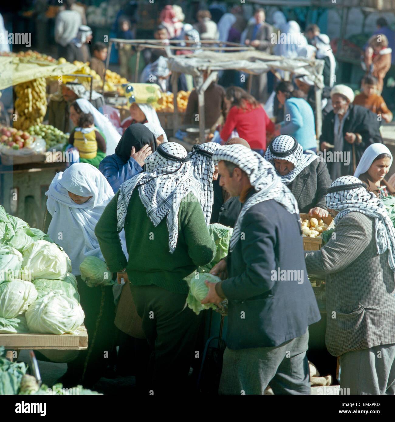Käufer Und Verkäufer bin Obst-Und Gemüsestand Auf Dem Beduinenmarkt in Beer Sheba, Israel Ende 1970er Stockbild
