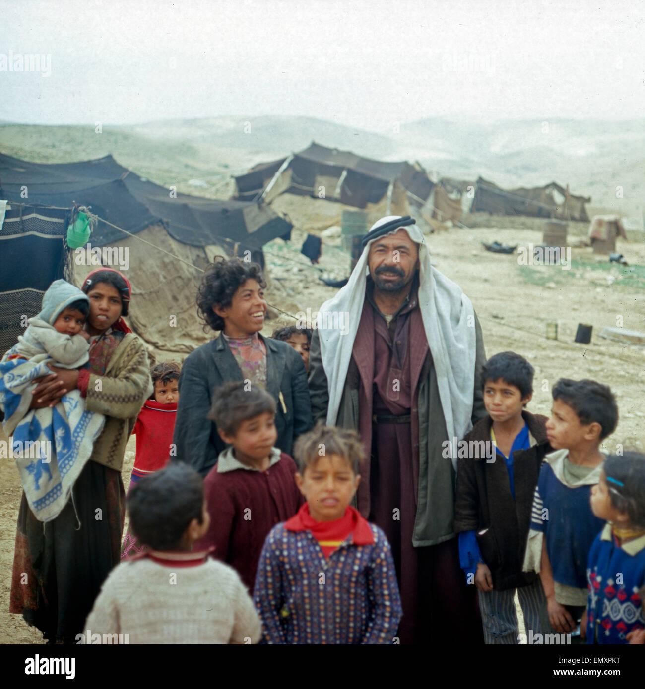 Großfamilie in Einem Bediunenzeltlager, Israel Ende 1970er Jahre. Große Familie im Bedouin Camp gegen Stockbild
