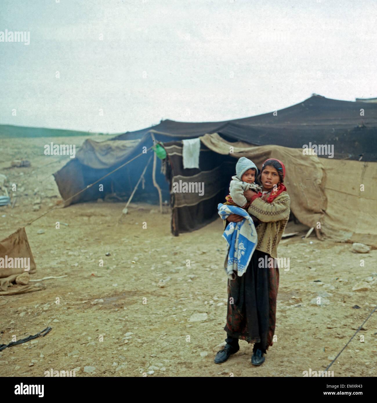 Ein Junges Mädchen Mit Einem Kleinkind in Einem Beduinenzeltlager, Israel Ende 1970er Jahre. Ein junges Mädchen Stockbild