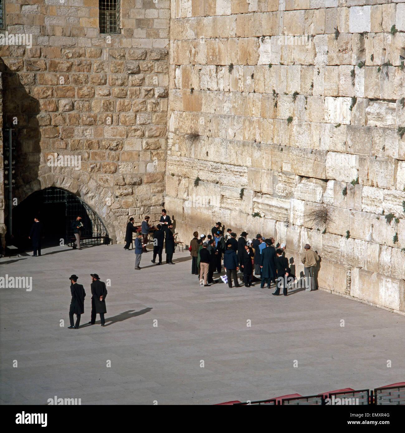 Touristen Und Orthodoxe Juden eine der Klagemauer in Jerusalem, Israel Ende 1970er Jahre. Touristen und orthodoxe Stockbild