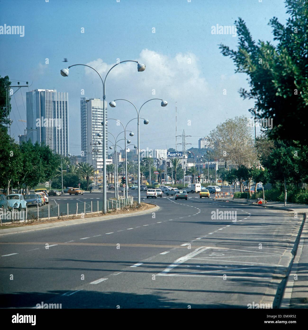 Hochhäuser Und Verkehrsstraße in Tel Aviv, Israel, Ende der 1970er Jahre. Wolkenkratzer und moderne Straße Stockbild