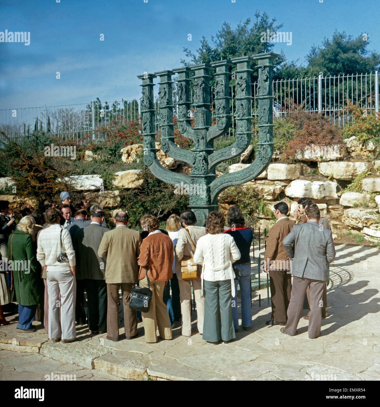 Touristen Besichtigen Die Große Menora Vor der Knesset in Jerusalem, Israel, Ende 1970er Jahre. Touristen, Stockbild