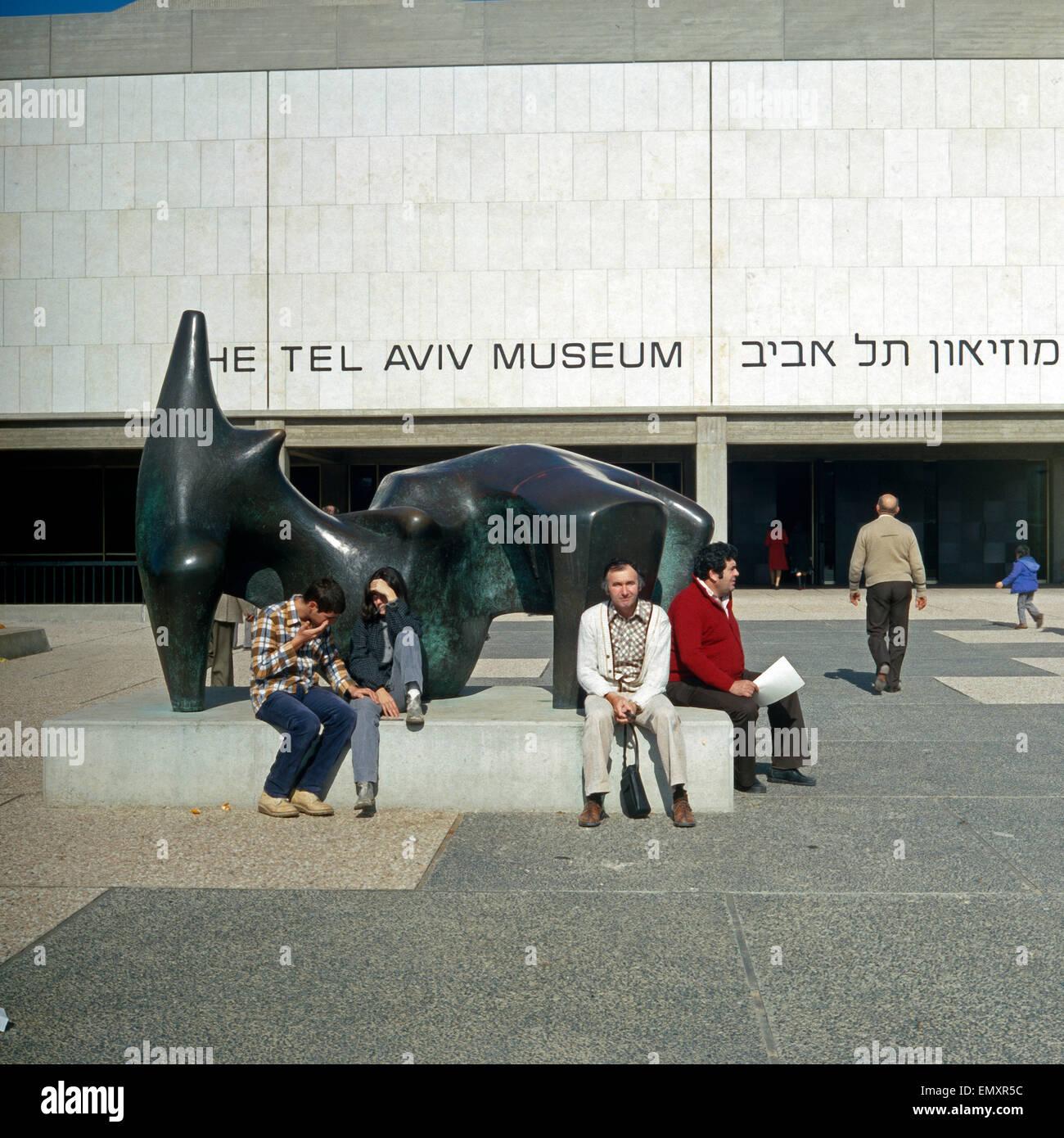 Besucher einer Auf der Skulptur von Henry Moore Vor Dem Kunstmuseum in Tel Aviv, Israel, Ende 1970er Jahre. Besucher Stockbild