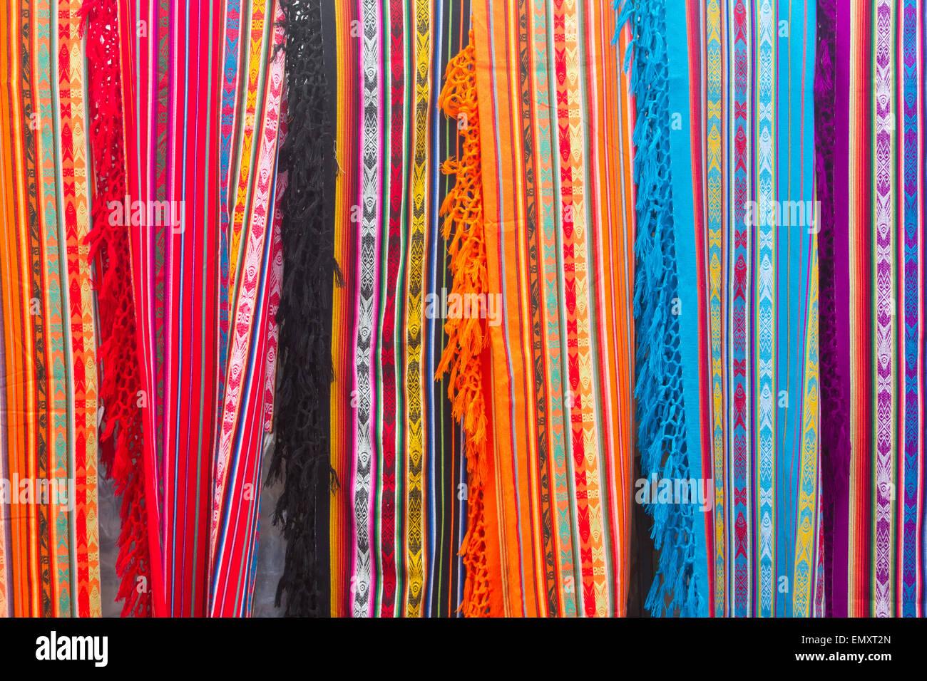 Bunte Stoffe Auf Dem Display Zum Verkauf An Otavalo Markt Ecuador