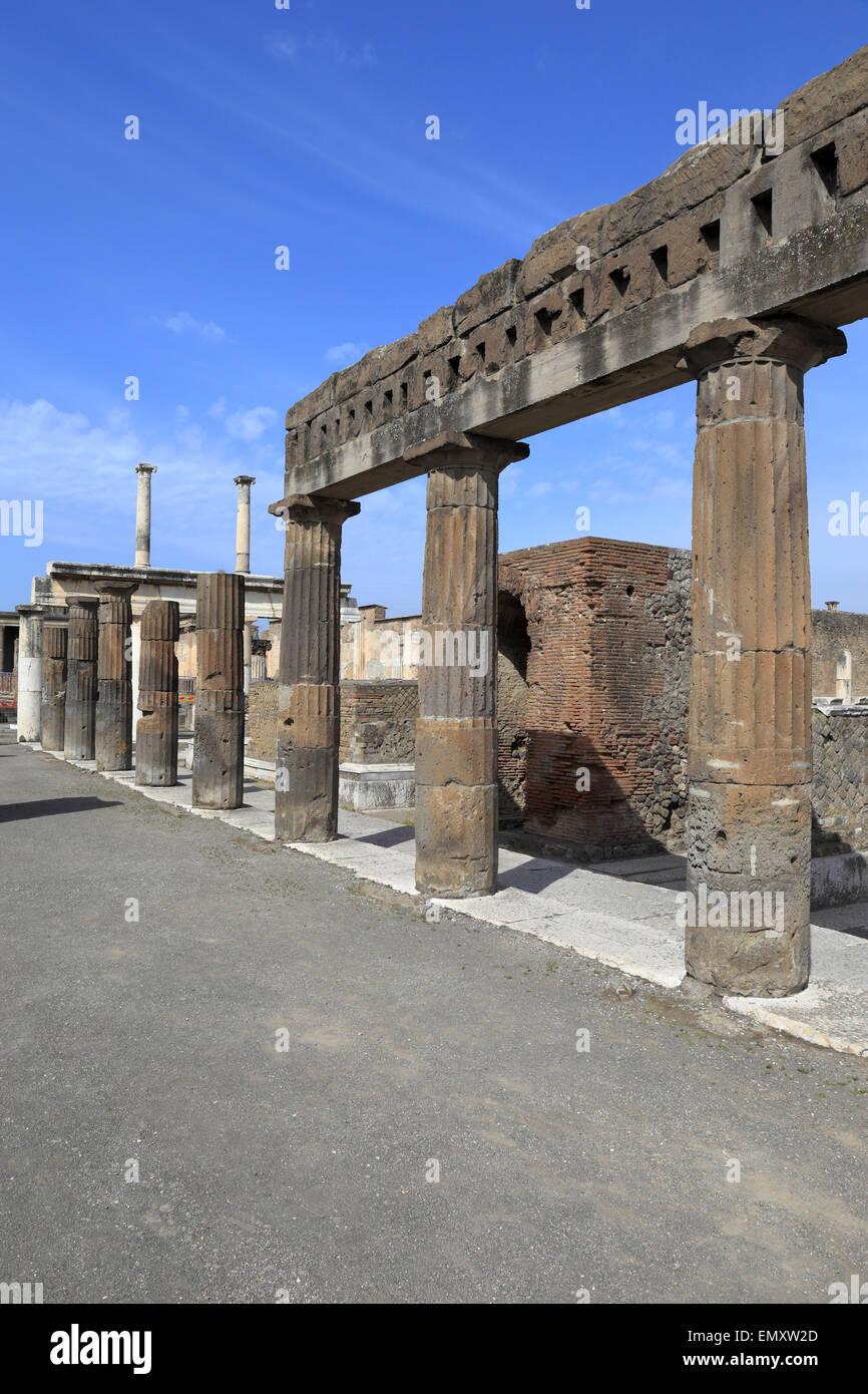 Forum-Kolonnade durch öffentliche Verwaltungsgebäude, Pompeji, Italien. Stockbild