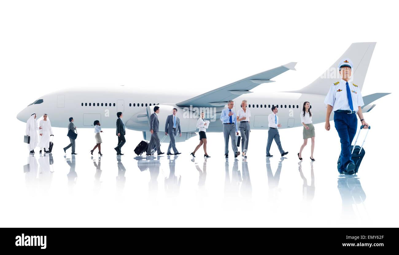 Multiethnische Gruppe von Geschäftsleuten mit Flugzeug Stockbild