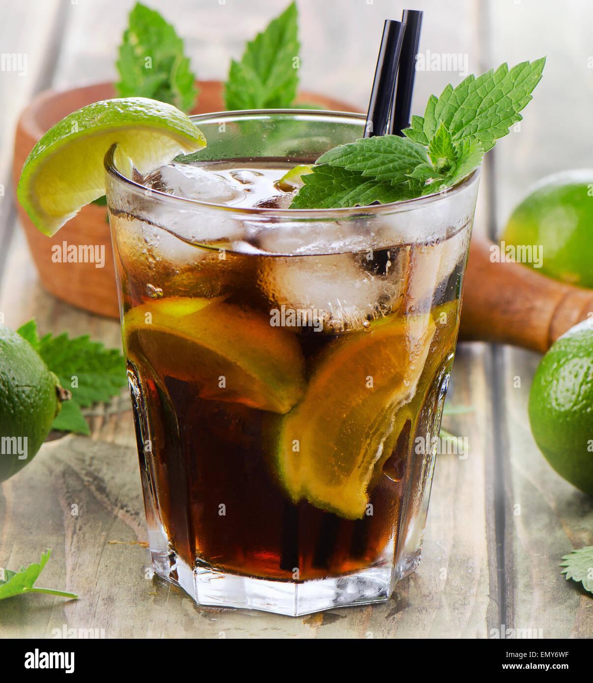 Alkoholischer Cocktail mit Rum, Limette, Minze und Eis. Selektiven Fokus Stockbild