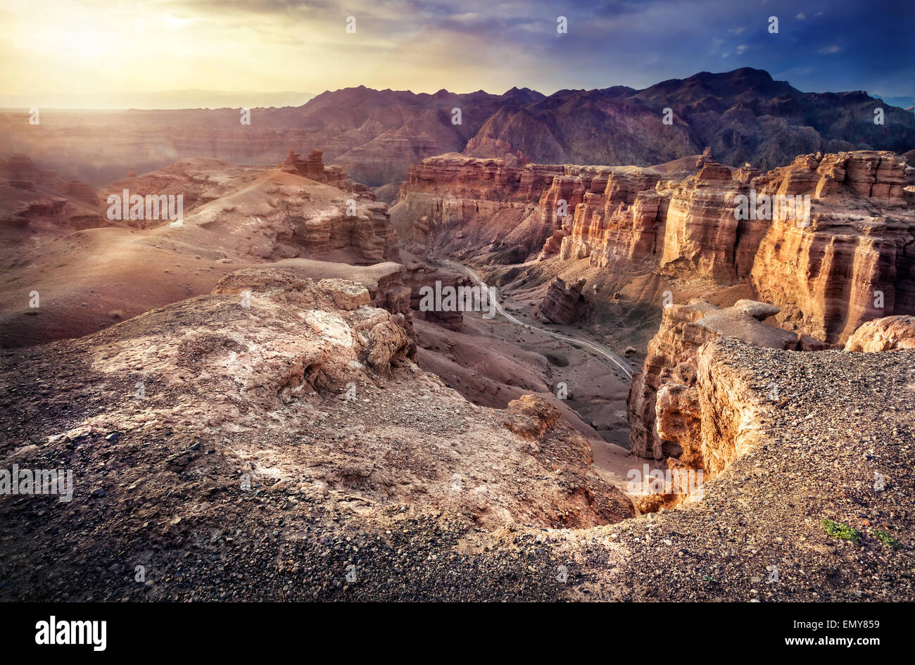 Tscharyn Grand Canyon am bewölkten Sonnenuntergang Himmel in Kasachstan Stockbild