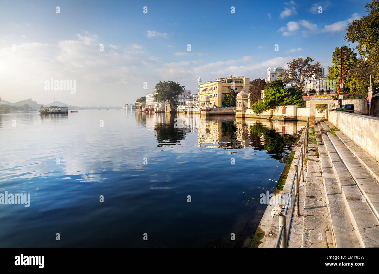 Lake Pichola und Hotels am blauen Himmel in Udaipur, Rajasthan, Indien Stockbild