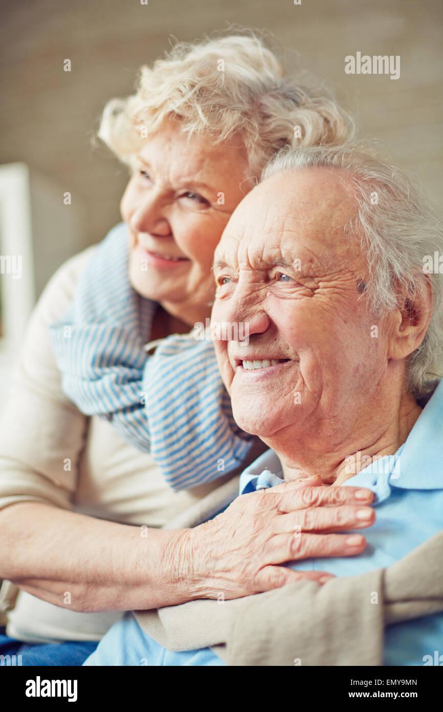 Ältere Frau umarmte ihren Mann Stockbild