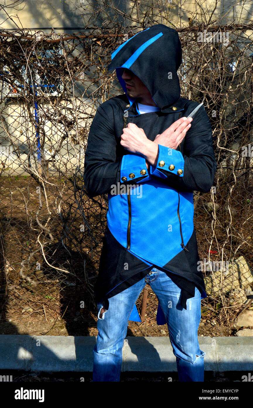 Junger Mann gekleidet als Connor aus dem Videospiel Assassins Creed 3 Stockbild