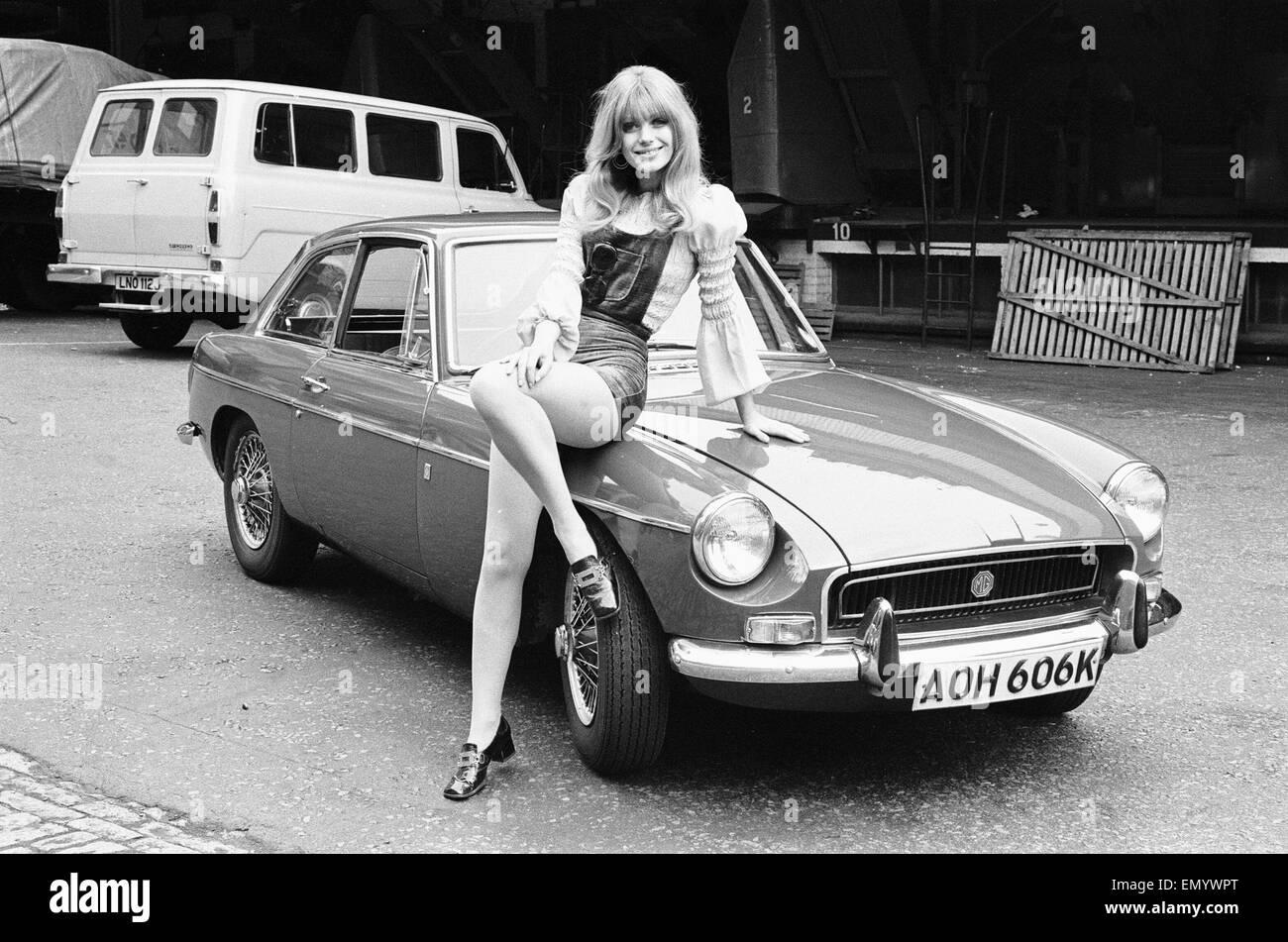 Tagwache Modell Emma Vincent gesehen hier posiert mit einem MGB GT die Top-Preis in der Reveille-Sieg ist einen Stockbild
