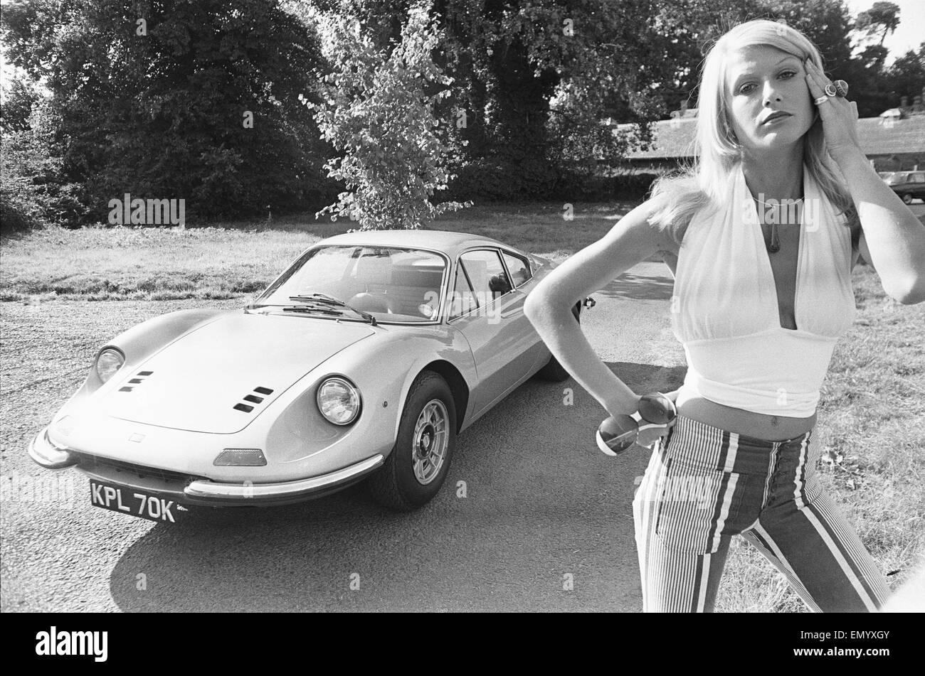 Tagwache Modell Heidi gesehen hier posiert mit einem Ferrari Dino GT, der keinen Top-Preis in der Reveille-Sieg Stockbild