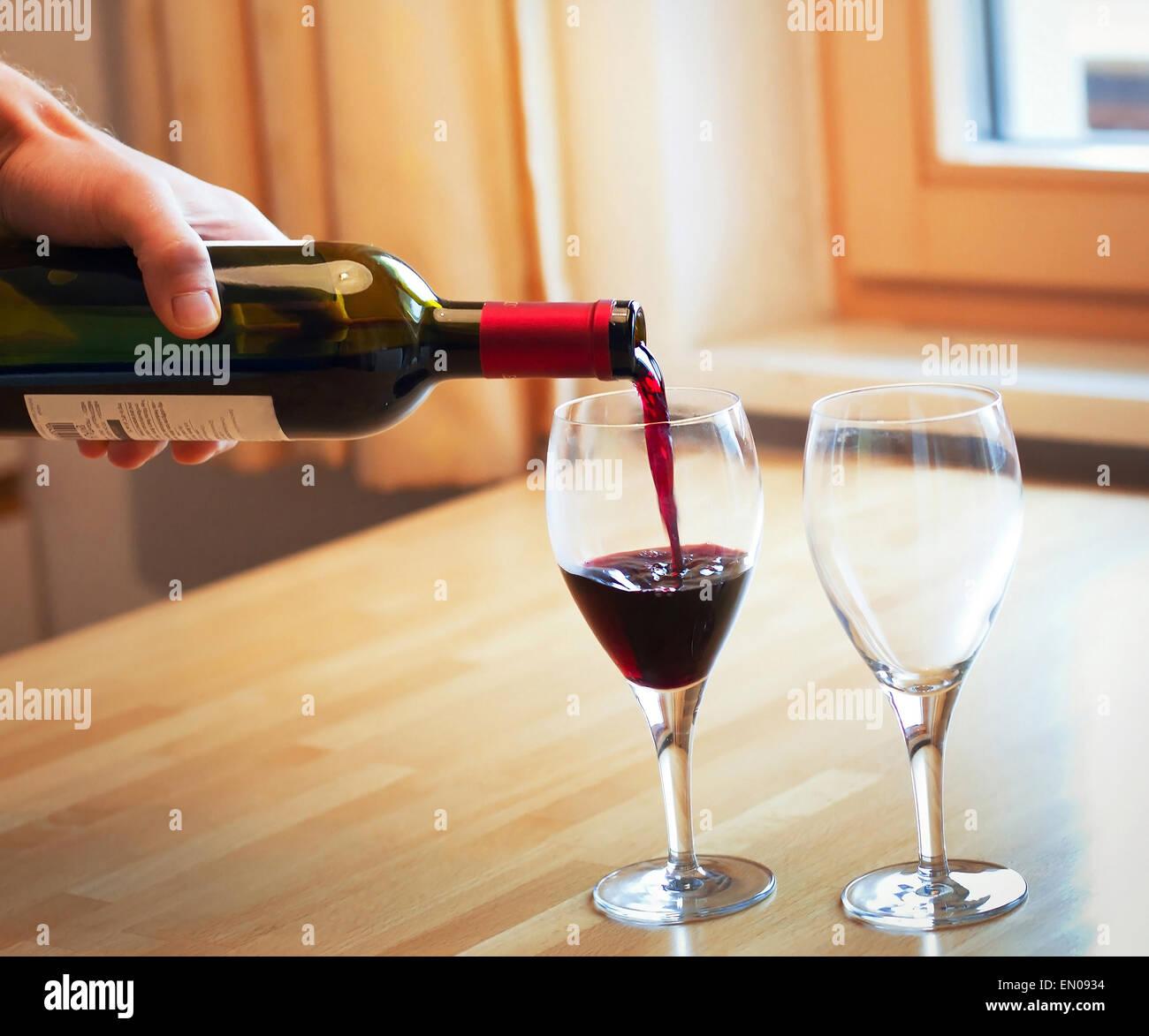 Rotwein und zwei Gläser auf dem Tisch Stockbild