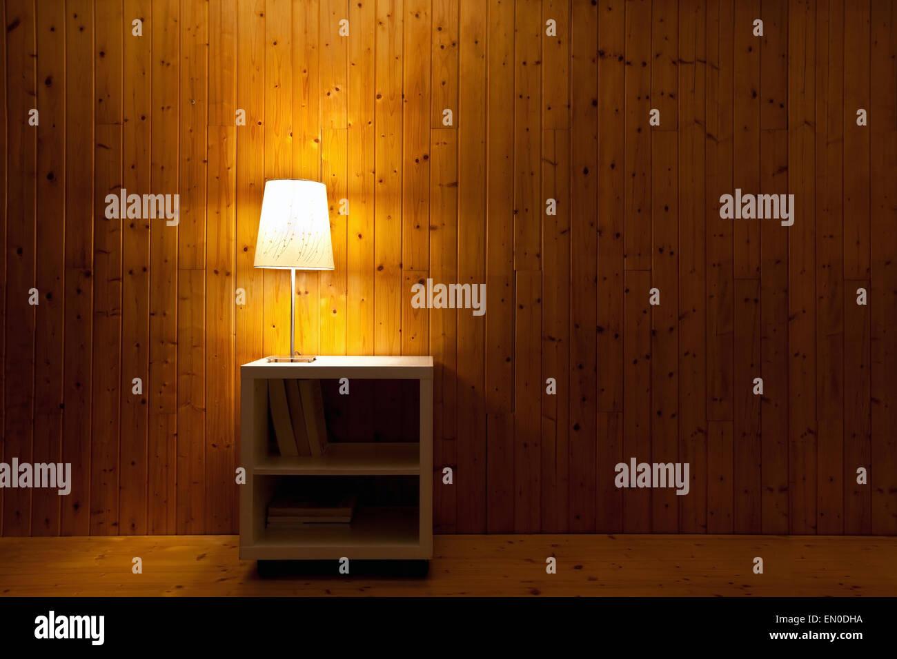 dunkle Interieur des Zimmers, Lampe Licht in der Nacht Stockbild