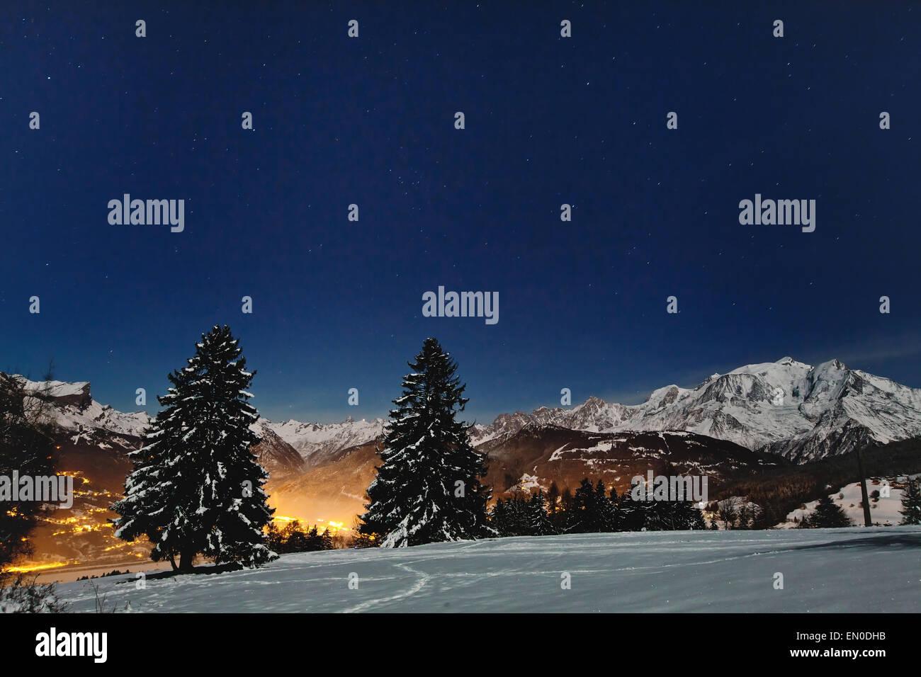 schöne Weihnachten Landschaft mit Nacht-Sternen im blauen ...