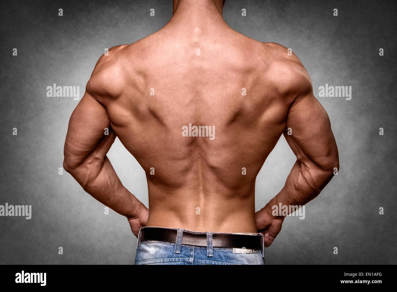 Rückseite eines jungen Mannes mit gut trainierter Körper