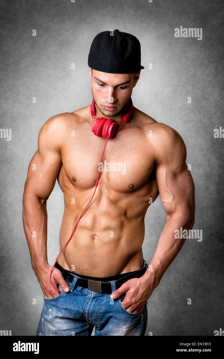 Nachdenkliche Jüngling mit gut trainierter Körper trägt
