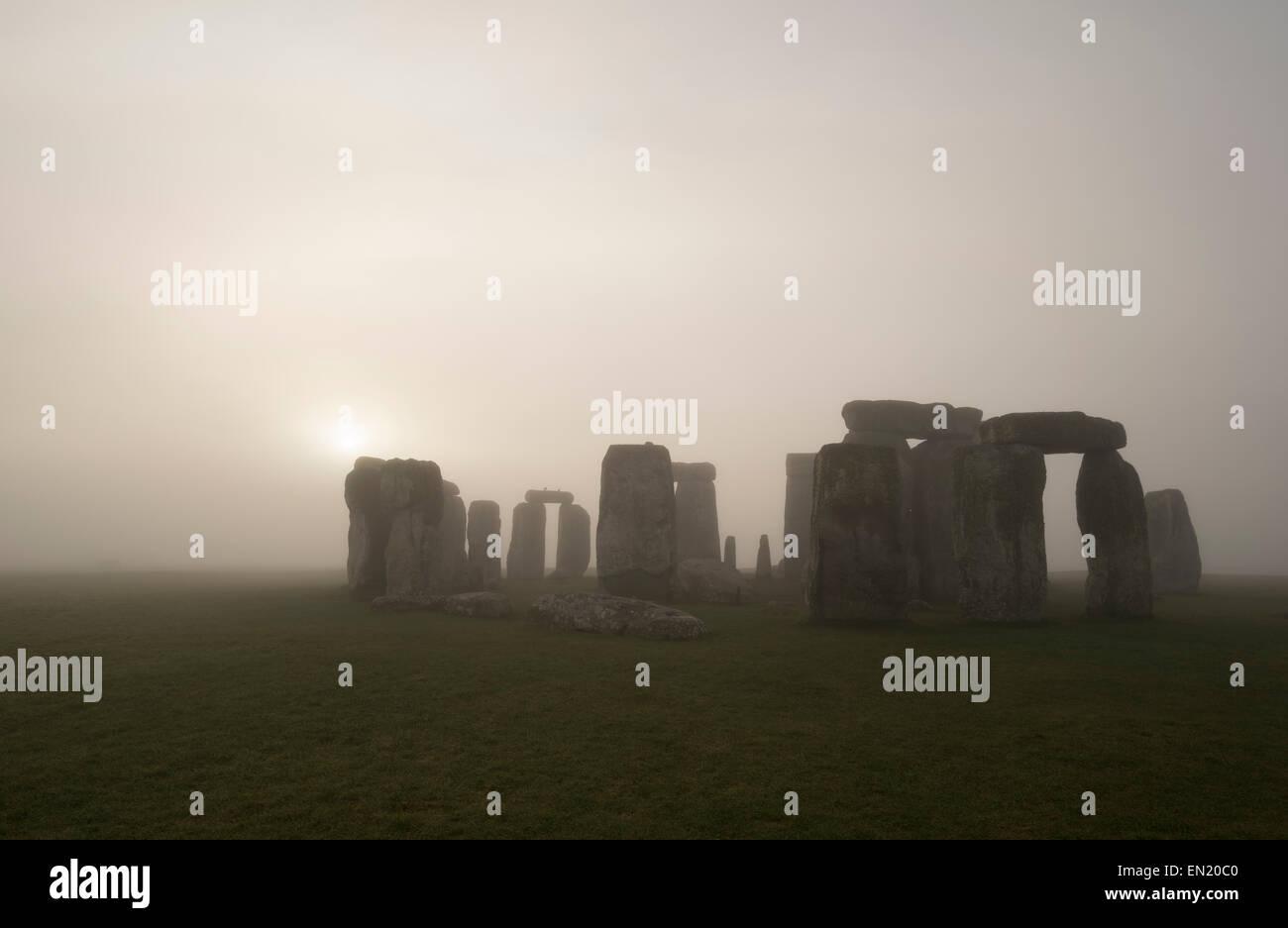 Dämmerung und Nebel in Stonehenge, prähistorische Monument von stehenden Steinen, Wiltshire, England. Stockbild