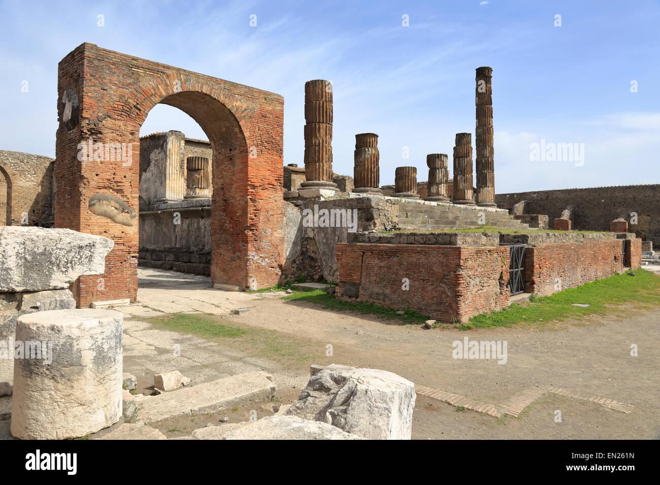 Bogen und Tempel des Jupiter im Forum, Pompeji, Italien. Stockfoto