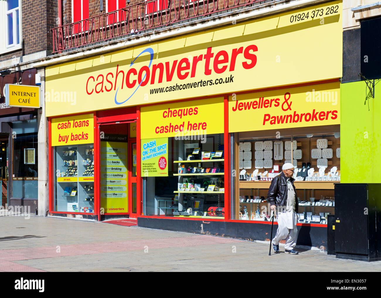 Asiatischer Mann draußen Zweig der Cash Converters, England UK Stockbild
