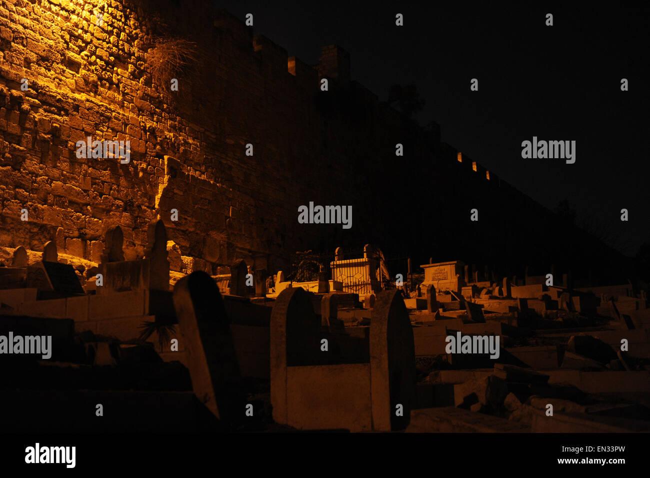 Israel. Jerusalem. Muslimischer Friedhof in der Nähe von den Wänden, in der Nacht. Stockbild