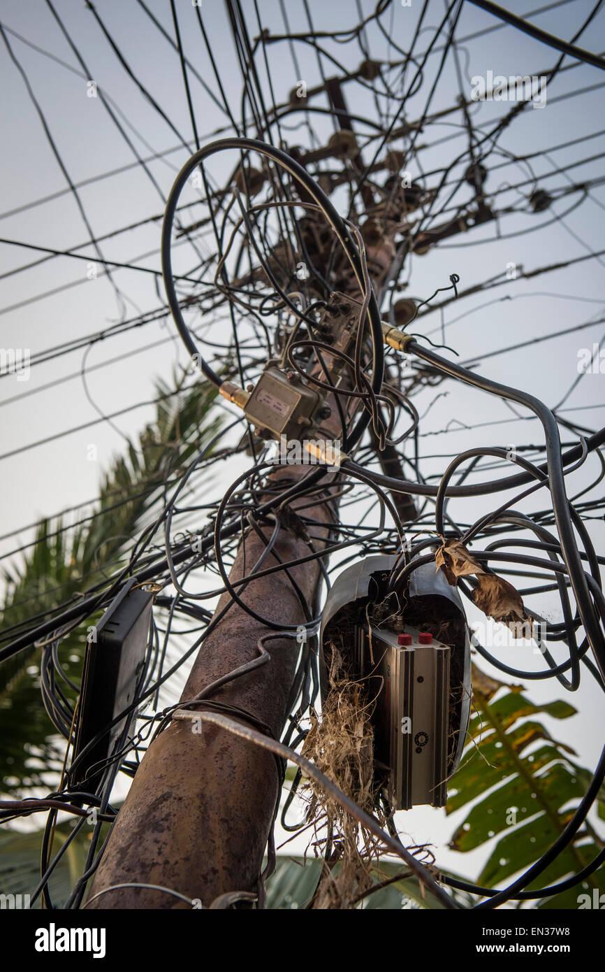 Elektrische Leitungen, Kabelsalat an einem Hochspannungsmast, Kochi, Cochin, Kerala, Indien Stockbild
