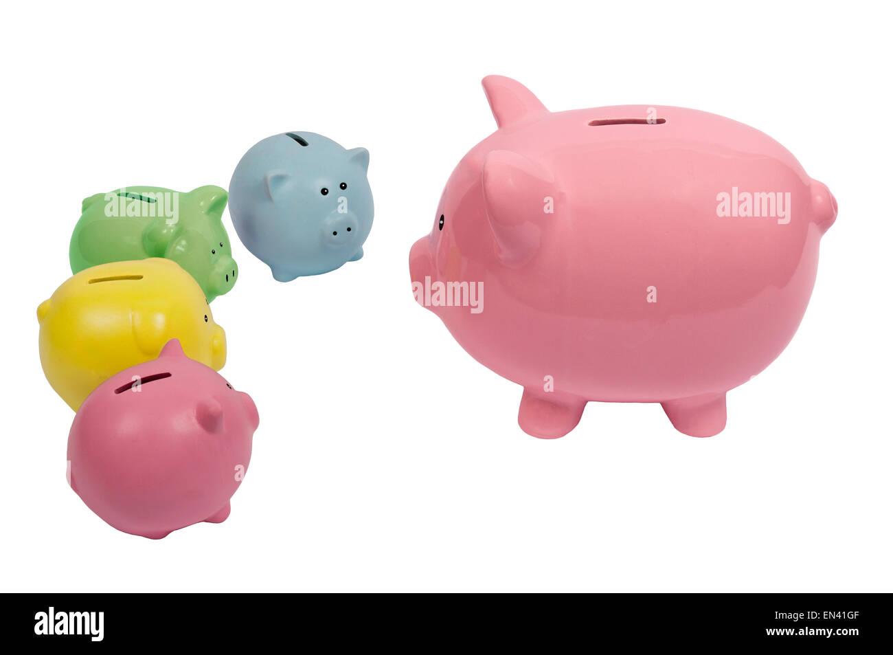 Sparschwein Familie Finanzen auf einem weißen Hintergrund diskutieren. Stockbild