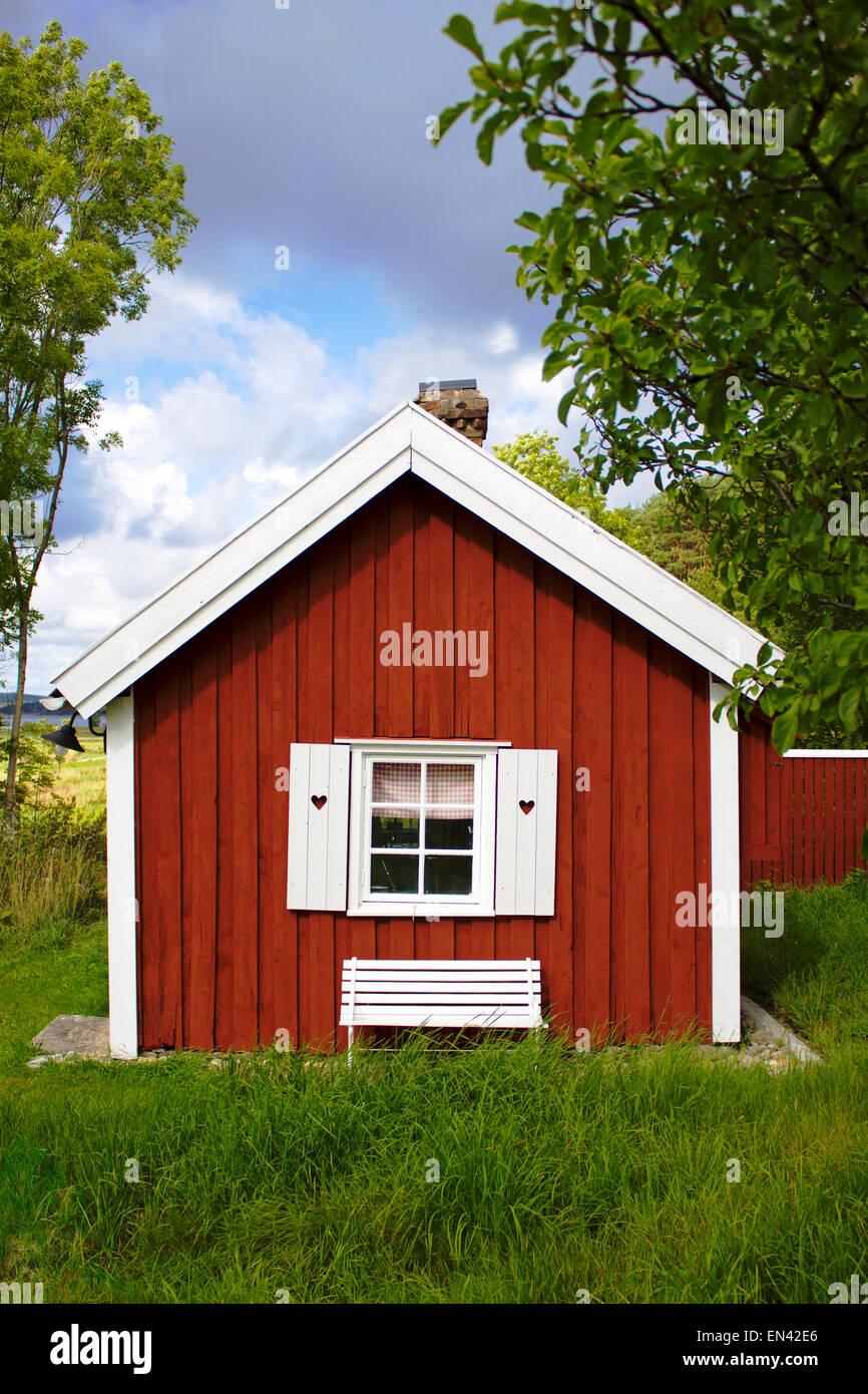 Kleines Holzhaus Mit Grass Stockfoto Bild 81839022 Alamy