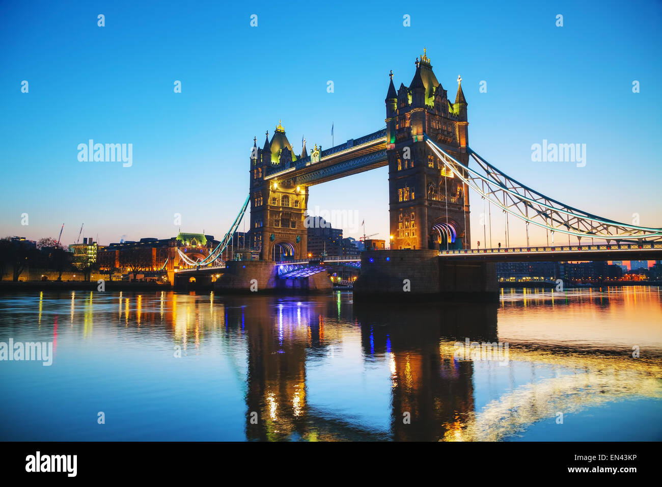 Tower Bridge in London, Grossbritannien am Morgen Stockbild