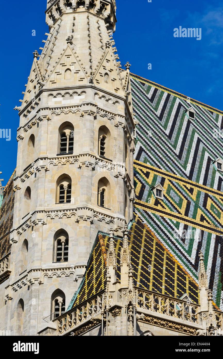 Der Gotische Turm Und Buntes Mosaik Fliesen Dekoration Auf Dem Dach Des St.  Stephen Church, Wien, Österreich.